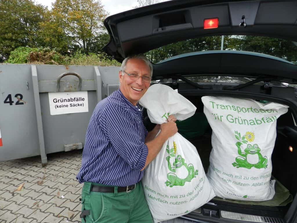 Winfried Coordes aus Veenhusen entleerte seine Transportsäcke auf dem Wertstoffhof in Moormerland